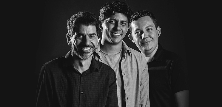 Horizonte Aparente é uma criação do compositor Ayrton Pessoa Bob (esq.) em parceria com o clarinetista Jônatas Gaudêncio (centro), e Raí Santorini (dir.) no desenho de luz (Foto: Reprodução/Porto Iracema)
