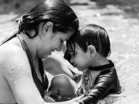 Kassiane Costa lança seu primeiro livro em plataforma de financiamento coletivo. Na foto, Kassiane e o filho Vinícius, de 4 anos, diagnosticado com autismo (Foto: Divulgação)