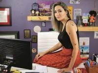 Sabrina Fernandes tornou-se conhecida com seu canal no Youtube. O Tese Onze foi criado em 2017 e já possui mais de 170 mil inscritos (Foto: Jorge William/Agência O Globo)