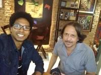 """Com gravação de Wladimir Cazé (dir.), o escritor Wagner Silva Gomes (esq.) realiza leituras de seu novo livro """"Nix: microfone por tubos de ensaio"""" para o programa Zumbi (Foto: Wagner Gomes/Divulgação)"""