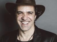 Paulinho Moska foi indicado ao Grammy Latino em 2016 com a canção Hermanos, do álbum Locura Total, lançado em parceria com o argentino Fito Páez (Foto: Reprodução/Internet)