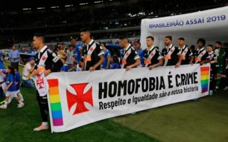Atletas do Vasco da Gama entraram com faixa contra a homofobia no último domingo, após a manifestação preconceituosa de sua torcida na partida contra o São Paulo, em 25 de agosto de 2019 (Foto: Carlos Gregório Jr./Vasco da Gama)