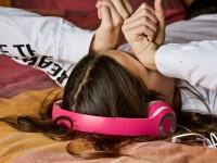 Menina com fones de ouvido rosa esfregando os olhos com sono (Foto: Luisella Planeta Leoni por Pixabay/DIVULGAÇÃO)