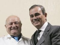 À esquerda, o professor Luciano Moreira, que deixa o cargo. À direita, o novo Superintendente Carlos Augusto Alencar. (Foto: Viktor Braga/UFC)