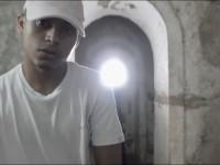 """O rapper Doiston em cena do videoclipe de """"Deuses Negros"""", gravado em área de senzalas em Redenção e do qual Nego Gallo participa (Imagem: Artur Luz e Txai Nunes)"""