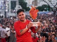 MCharles, de Juazeiro do Norte (CE), levanta o troféu como campeão do Duelo de MCs Nacional, em dezembro de 2019, em Belo Horizonte (Foto: Divulgação/Família de Rua)