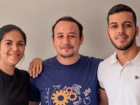 Os alunos Davidson Ferrer, Luan Figueiredo e Kelvia Leal  da Faculdade de Tecnologia Centec Cariri desenvolveram uma maiones vegana à base de coco verde (Foto: Reprodução/Revista Cariri)
