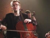 Peter Gregson tem 33 anos, é violoncelista e compositor. Ele lançou o álbum Recomposed By Peter Gregson: Bach-Cello Suites (2018) (Foto:Reprodução/Internet)