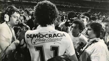 A Democracia Corinthiana surgiu em 1981 e teve como um dos líderes Sócrates. Os jogadores da Democracia Corinthiana apoiaram as Diretas Já dentre outros importantes Movimentos Nacionais (Foto: Reprodução/Internet)