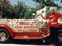 Dodô e Osmar sairam pelas ruas de Salvador em cima de um Ford 1929, uma fubica como era chamado no popular. Eles tocaram frevo com instrumentos fabricados por eles (Foto: Reprodução/Internet)