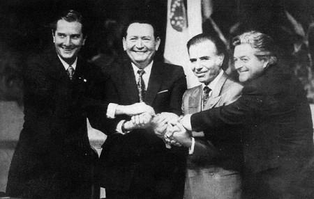 Fernando Collor (Brasil), Andrés Rodrigues (Paraguai), Carlos Menem (Argentina) e Luis Lacalle (Uruguai) foram os presidentes que assinaram o Tratado de Assunção, em 1991 (Foto: Folha de SP)