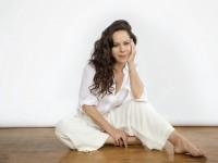 Bebel Gilberto é cantora e compositora. Ela é filha do cantor João Gilberto e da cantora Miúcha (Foto: Reprodução / musicacafe)