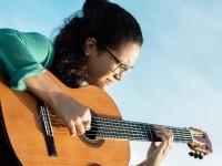 Theresa Rachel é autodidata e ganhou seu primeiro violão aos 11 anos (Foto: Tainá Cavalcante)