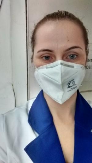 A farmacêutica Daniele Gomes conta que a única mudança  em sua rotina de trabalho foi ter adotado cuidados redobrados (Foto: Arquivo Pessoal)