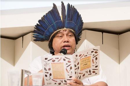 Daniel Munduruku traz suas raízes indígenas nos livros que escreve para todas as idades (Foto: Divulgação)