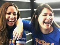 """Com o lema """"conversas e trocas de experiências bem sinceras sobre as dores e os prazeres dessa fase desgraçadamente maravilhosa"""", Jeanne Gomes (à esquerda) e Lívia Lopes comandam o podcast Aos 30 (Foto: Arquivo Pessoal)"""