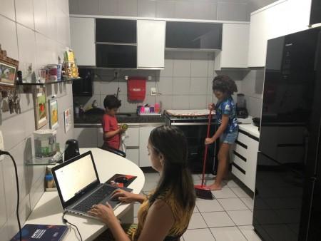 A professora de português izabel Diógenes regra o tempo das crianças diante das telas delegando atividades domésticas (Foto: Arquivo pessoal)