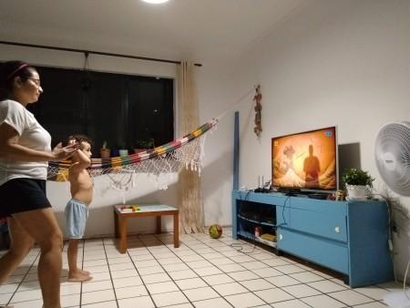 A bióloga Tallita Tavares encontrou uma forma de tornar a exposição aos eletrônicos um hábito saudável para a família: o acesso a jogos que envolvem movimento do corpo (Foto: Arquivo pessoal)
