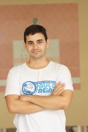 Eric Holanda é aluno da Faculdade de Direito da UFC e dirige um projeto de extensão chamado Curso Paulo Freire, que oferece aulas de preparação para o Enem por um preço mais acessível (Foto: Bruno Silveira)