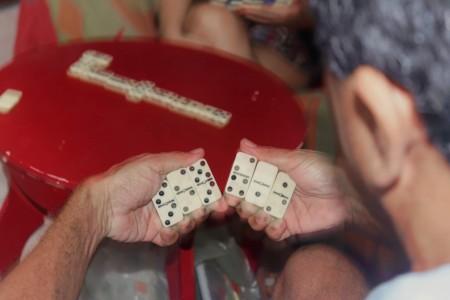 O registro do jogo de dominó de Lanna Carvalho foi selecionado para a Mostra Online do Coletivo Perigrafia (Foto: Lanna Carvalho)