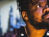 O rapper mineiro Matéria Prima vem com rimas em som vaporwave e traz Nill, Kamau e vários outros parceiros para a conversa, no programa deste domingo (Foto: Divulgação)