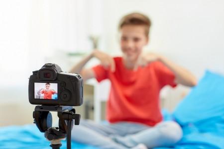 O Brasil não possui nenhuma legislação que especifique ou regulamente o trabalho infanto-juvenil na Internet (Foto: dolgachov/Envato)