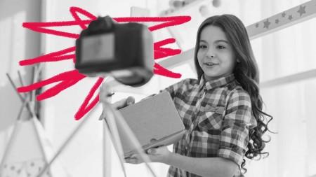 """""""Muita gente acredita que o trabalho infantil na mídia é uma brincadeira. Trabalho infantil artístico é trabalho"""", afirma Débora Diniz, cofundadora do Movimento Infância Livre de Consumismo (Foto: Reprodução/iStock)"""