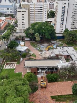 Uma solicitação de tombamento paralisou a demolição da Residência Benedito Macedo, que teve início em abril de 2020 (Foto: Thais Vieira)