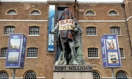 Estátua de Robt Milligan, um comerciante de escravos, com um cartaz do movimento Vidas Negras Importam (Foto: John Sibley/Reuters)