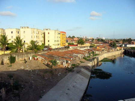 Mais de 40% da população de Fortaleza reside em assentamentos precários, o que faz do distanciamento social um conceito fictício para mais de um milhão de pessoas (Foto: David Moraes de Andrade e Sara Goes)