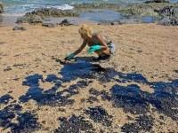 Diante da demora do poder público em tomar providências sobre o incidente, voluntários assumiram a tarefa de limpeza das praias (Foto: Antonello Veneri/AFP)