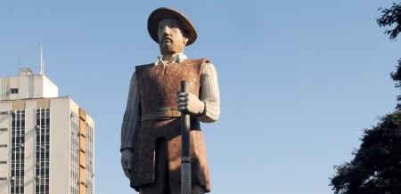 Estátua do bandeirante Borba Gato, em São Paulo, é um dos alvos dos protestos no Brasil (Foto: Reprodução/Internet)