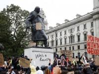 """Churchill era racista"", diz pixo em estátua alvo de manifestantes durante protesto (Foto: Peter Nicholls/Reuters)"