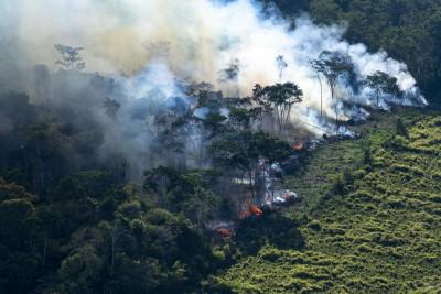 A região que apresenta maiores índices de desmatamento, também chamada de arco do desmatamento, decorre, principalmente, do avanço do agronegócio (Foto: Daniel Beltra/Greenpeace)