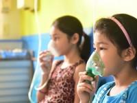 As crianças, quando inalam a fumaça tóxica, podem apresentar dor e ardência na garganta, tosse, cansaço, dificuldade de respirar, dor de cabeça e outros sintomas (Foto: Secom Gov Amazonas/Reprodução)