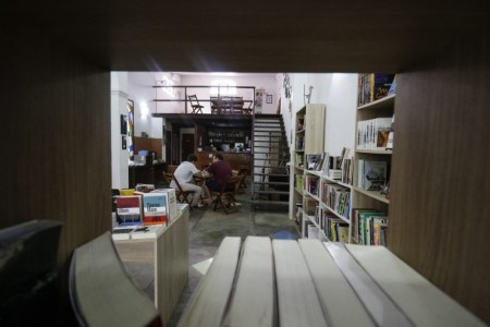 A Livraria Lamarca, no Benfica, começou a vender livros pela Internet por conta da pandemia de Covid-19 (Foto: Alex Gomes)