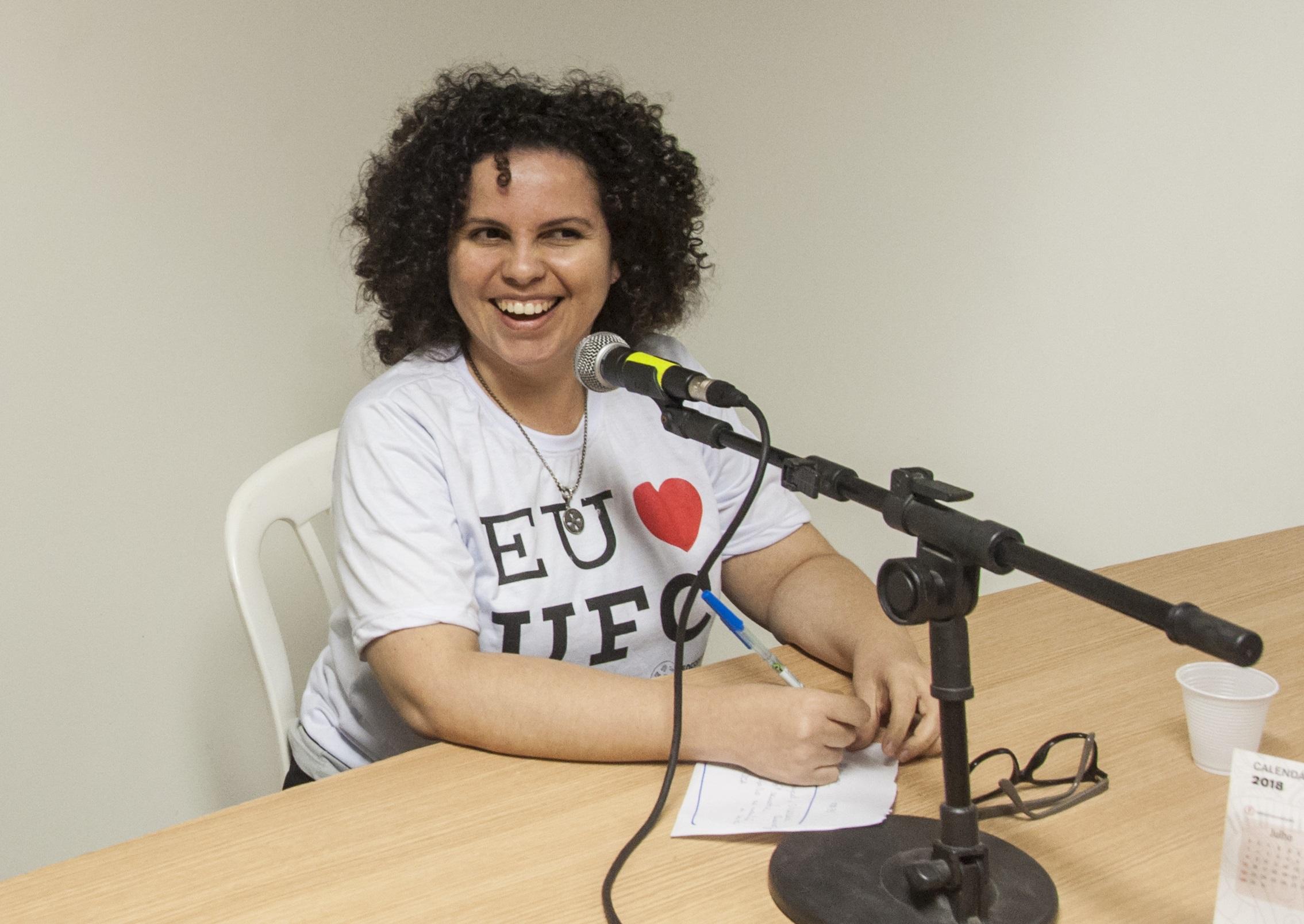 A produtora Thaís Aragão representa a Rádio Universitária FM no coletivo Radialivres (Foto: Viktor Braga/UFC)