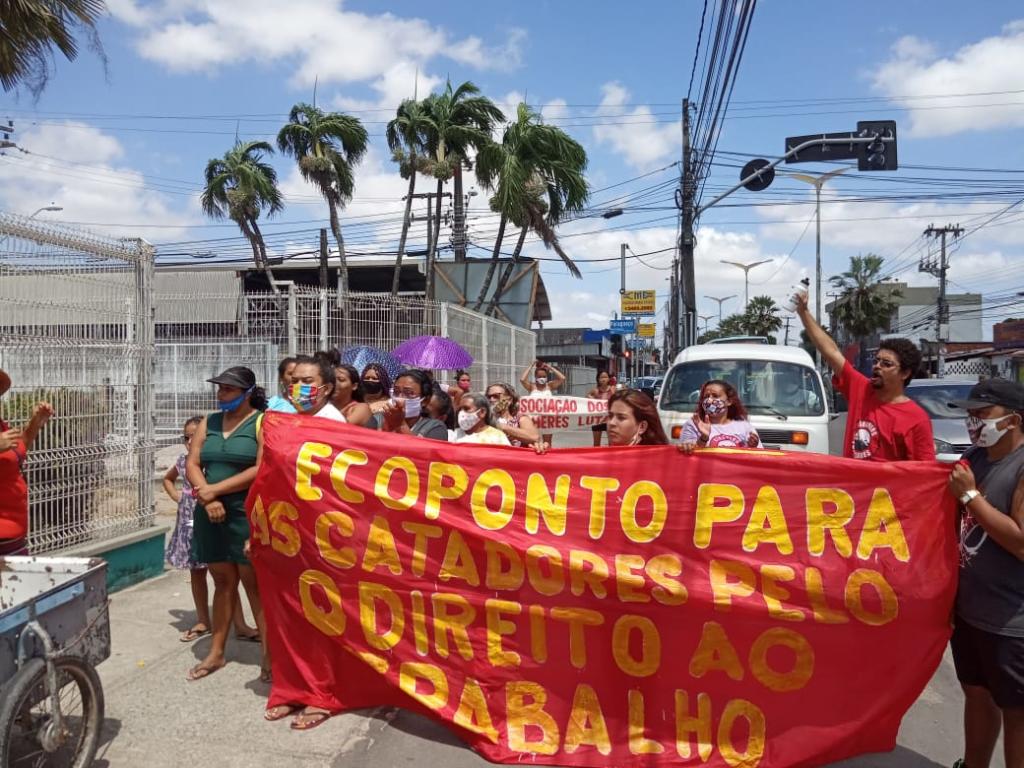 Manifestantes em frente à sede da Regional IV buscando melhores condições de vida para moradores do bairro Serrinha (Foto: Elias Brás e Thiago Campos)