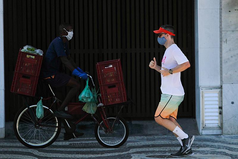 Segundo pesquisas, o racismo ambiental pode ser percebido, na pandemia, na alta taxa de mortalidade em regiões periféricas e entre os negros (Foto: Pedro Conforte/Plantão Enfoco)