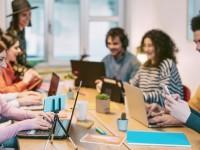 Os jovens da geração Z já nasceram em um mundo amplamente conectado e utilizam a tecnologia para realizar multitarefas (Foto: Shutterstock)
