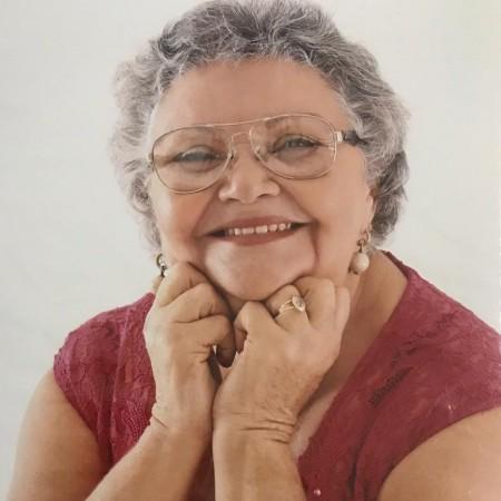 """Apesar de ler e escrever cordéis desde nova, Rosário Lustosa só dedicou-se totalmente a escrita na aposentadoria. Ela é autora de livros como """"100 Anos de Juazeiro Registrados no Cordel"""" e """"Crato na Literatura de Cordel"""" (Foto: Arquivo Pessoal)"""