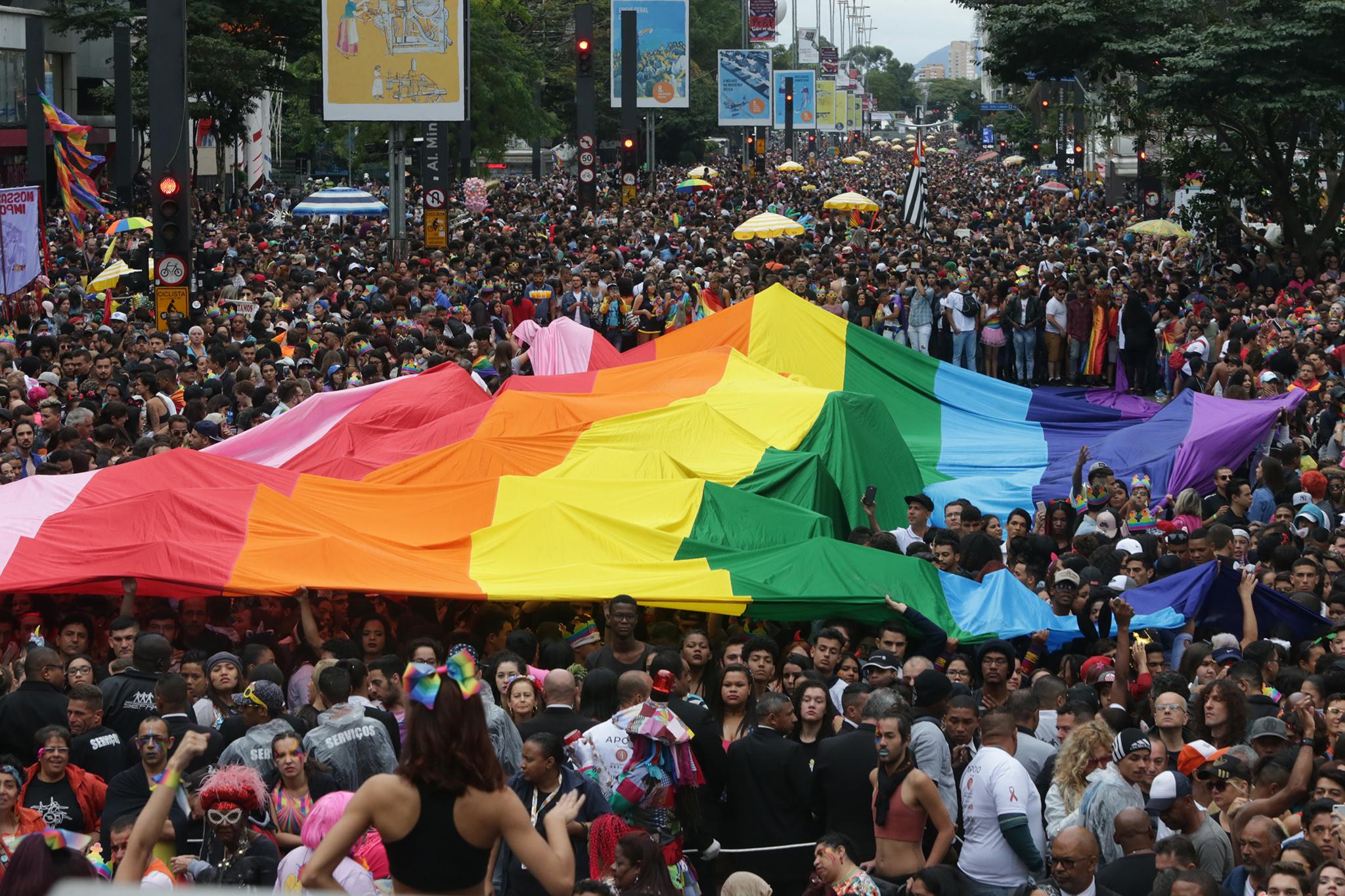Conquistas como doação de sangue, casamento e criminalização da homotransfobia foram alguns dos destaques do Universitária Especial Orgulho LGBTQIA+ (Foto: Reprodução/Internet)