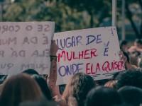 Debates raciais, liberdades de escolha, assédios e discussões sobre padrões corporais são algumas das pautas da atual onde feminista (Foto: Upslon)