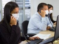 O local de trabalho, na maioria das vezes, é em ambiente fechado, e o relaxamento das medidas de prevenção à Covid 19 pode tornar esse local principal vetor de transmissão da doença (Foto: Getty Images)