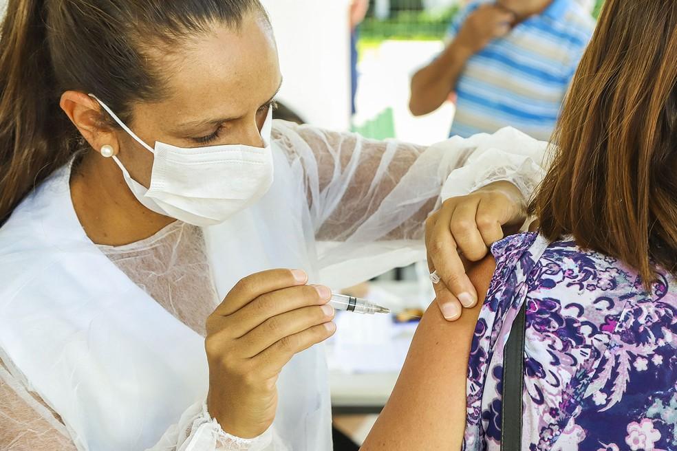 Neste ano, a vacinação contra a gripe a vacinação contra a Covid-19 e ocorrem simultaneamente.  Por isso, é preciso ficar alerta e respeitar o intervalo de 14 dias, antes e depois, entre as vacinas da gripe e da Covid-19 (Foto: Reprodução/Internet)