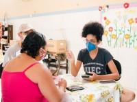 A primeira ação do projeto aconteceu no dia 13 de junho no Bairro Serviluz. Os estudantes arrecadaram recursos para comprar máscaras pff2 e imprimir materiais gráficos, como panfletos e banner para esse primeiro mutirão (Foto: Fernanda Barros/O Povo)
