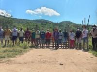 Teka Potyguara junto aos Guardiões da Fronteira na entrada da aldeia Mundo Novo (Foto: Arquivo Pessoal)
