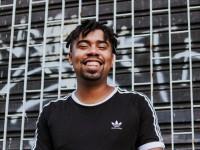 Caiô, vocalista e compositor da OutraGalera, fala sobre o primeiro álbum da banda, intitulado Original Fortal (Foto: Tainá Cavalcante)