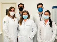 A equipe responsável pela pesquisa no Laboratório de Oncologia Experimental (Foto: Viktor Braga/UFC)